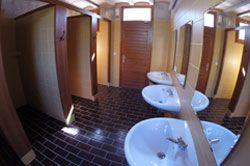 Instalaciones-lavabos-duchas-camping-portmassaluca