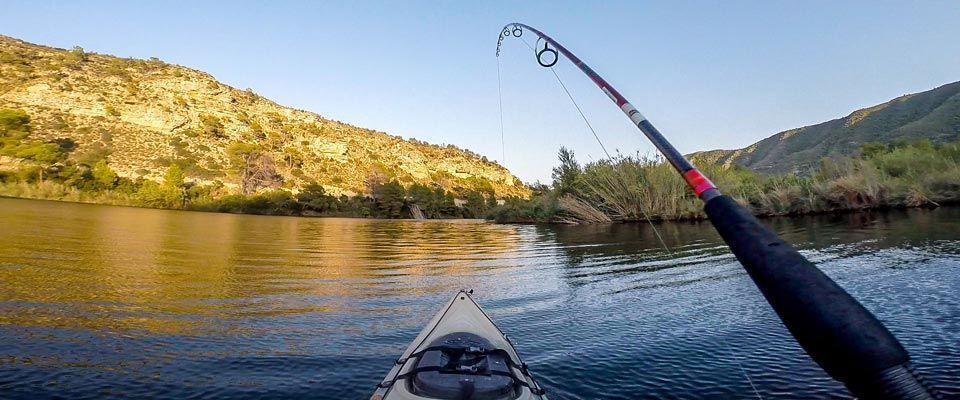 pesca spining desde un kayak de pesca de alquiler disponible en el camping portmassaluca
