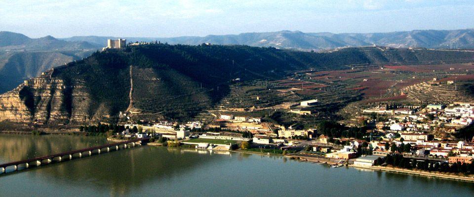 vistas del pueblo de mequinenza cerca del camping portmassaluca