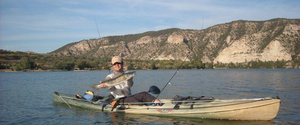pesca de luciopercas desde kayaks de alquiler en el río ebro