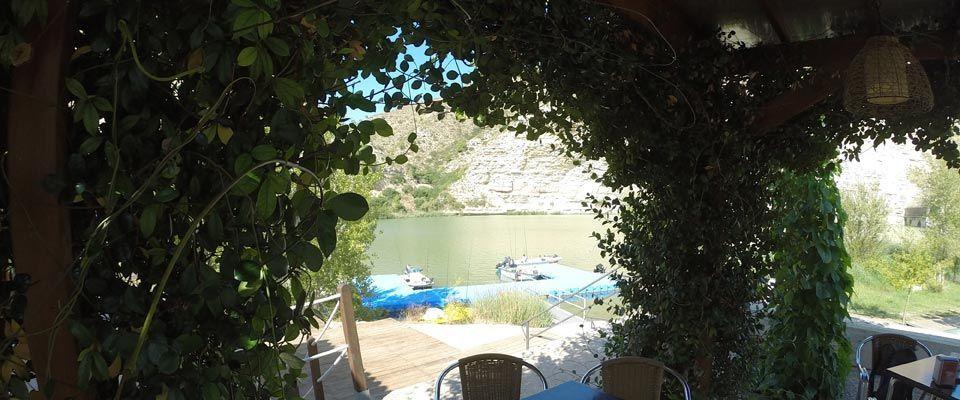 vistas desde la terraza del restaurante del camping portmassaluca en la orilla del río ebro