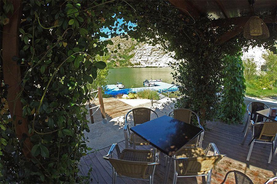 Restaurante del camping PortMassaluca frente al río Ebro y Matarraña, en el embalse de Ribaroja.